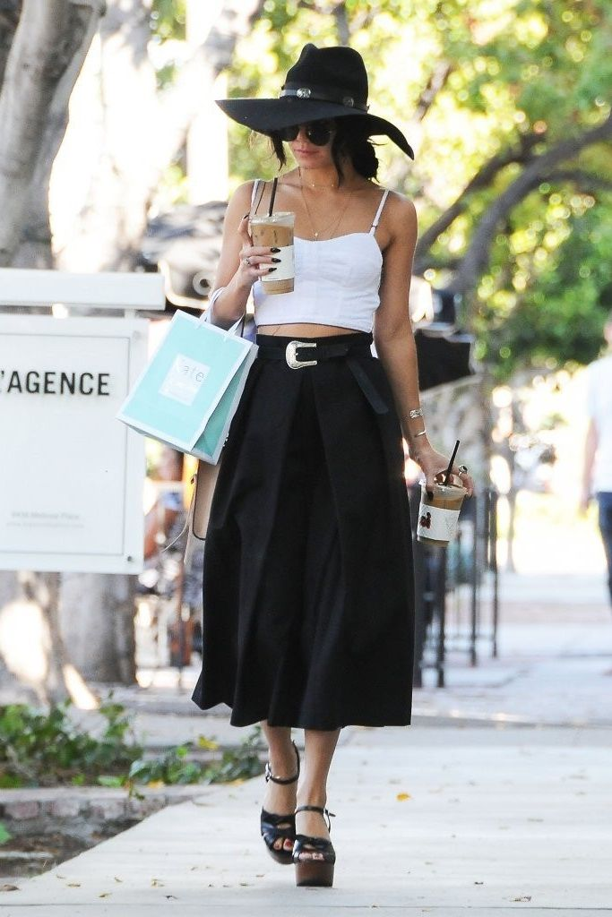Between the skirt, the belt, the hat, the jewelry, the sunglasses and the coffee I'm just in awe :3