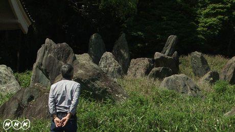 """高橋源一郎さんと「松尾大社 上古の庭」昭和を代表する作庭家・重森三玲(1896~1975)。日本庭園の伝統を徹底的に研究し、そこに独自の感性と哲学を加えることで、""""永遠のモダン""""を生み出した。番組では、司会の井浦新、ジャズミュージシャンの菊地成孔、そして作家の高橋源一郎が、三玲の庭との対話を繰り広げる。  井浦新は、三玲のデビュー作にして代表作といわれる「東福寺本坊庭園」へ。東西南北に異なる庭を巡らすという、大胆な趣向を凝らした庭と対峙(たいじ)し""""永遠のモダン""""とは何かを考える。  菊地成孔は、東福寺の「龍吟庵(りょうぎんあん)」と「光明院」へ。美術学校で学び、もともと抽象画家を志していた三玲。そんな彼にとって自然のすべてを石や砂で見立てる日本庭園は、まさに抽象画の世界だった。菊地はこの2つの庭からどんなメッセージを感じ取るのか。  そして高橋源一郎は、三玲の遺作となった「松尾大社 上古の庭」へ。「庭園は芸術だ」と語った三玲がたどり着いた境地とは何だったのか。自然を敬い、自然を越えようと格闘した三玲が、無の境地で作り上げた""""究極のモダン""""を見つめる。"""