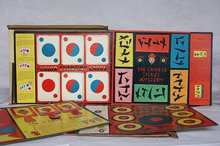 Kit tour magicien vintage pour les enfants est graphiquement beau et très charmant. Publié en 1958 par Saalfeld, le jeune magicien Box of Tricks contient sept différents tours de magie dans un ensemble.  La boîte d'origine est en mauvais état, ayant été écrasé à un certain point. Tous les quatre coins de la zone du haut et bas de la boîte sont brisés. Il est remarquable que le graphique de la couverture reste dynamique et tous sauf un morceau de tous les tours de magie sept sont présents, en…