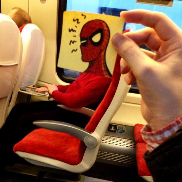 O ilustrador britânico October Jones troca a cabeça das pessoas por post-its desenhados quando fica entediado durante suas viagens de trem pela Inglaterra. Um jeito divertido de passar o tempo, não é verdade?