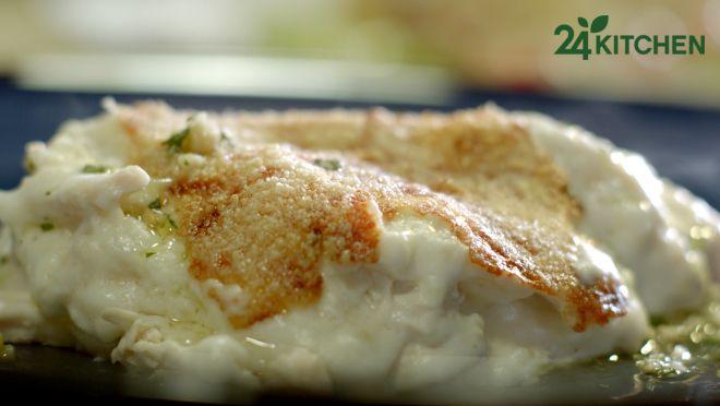Beşamel ve pesto soslarıyla tamamlanan yumuşacık tavuk etinin sırrı sebze suyundan haşlanması... Muhteşem karanfil ve fesleğen kokusu eşliğinde bu akşam yemeğine hazır!  #gununtarifi: Beşamel ve Fesleğen Pesto Soslu Tavuk