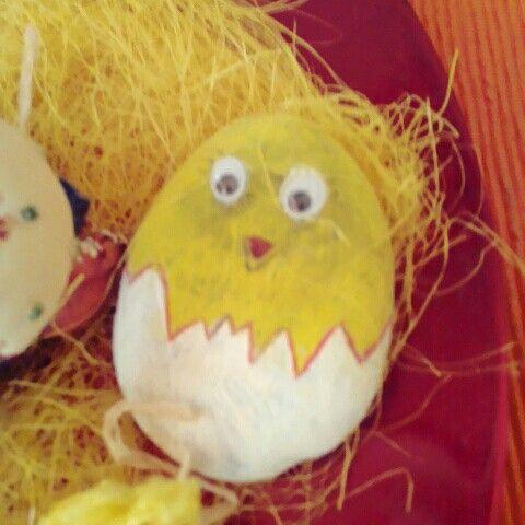 Uovo con pulcino su pietra