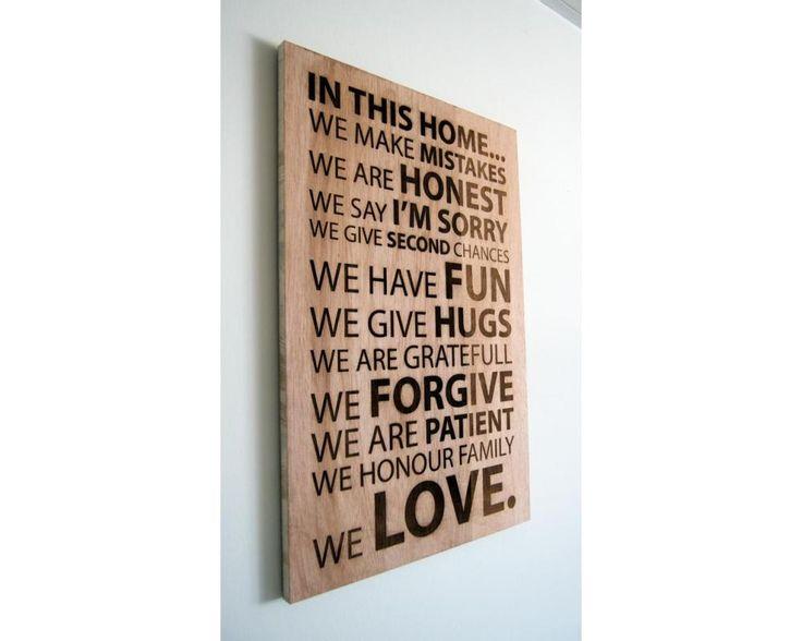 In this home, πινακίδα ξύλινη χαραγμένη με laser