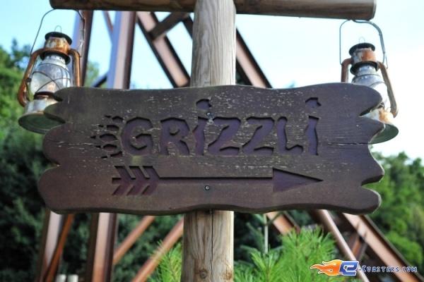 1/8 | Photo du Roller Coaster Le Grizzli situé à Nigloland (France). Plus d'information sur notre site http://www.e-coasters.com !! Tous les meilleurs Parcs d'Attractions sur un seul site web !! Découvrez également notre vidéo embarquée à cette adresse : http://youtu.be/LM94OlVKRHY