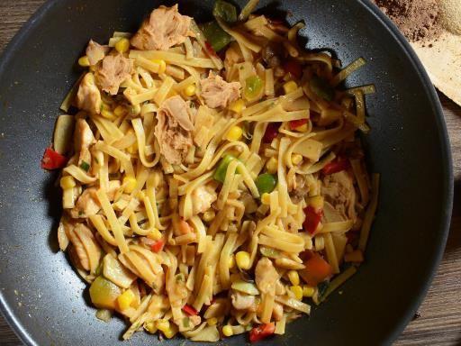 nouilles de riz, sauce soja, gingembre, poivron rouge, oeuf, curcuma, nuoc mam, champignon de Paris, huile, cacahuète grillée, huile de sésame, oignon, oignon, ail, coriandre, maïs, thon, petit pois