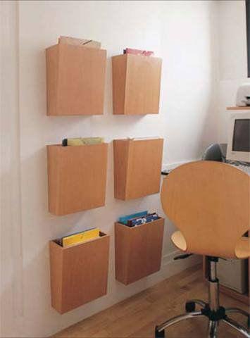 A reforma comandada pelo arquiteto Marcelo Rosset transformou a área de 1,20 x 1,80 m em um home office. O morador precisava de lugar para acondicionar pastas, mas uma estante ali comprometeria a passagem. A solução: seis caixas de madeira faia parafusadas na parede. Cada uma tem 30 x 35 x 10 cm*. A altura total do conjunto alcança 1,50 m.