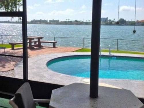 11000 5th East Holiday home Treasure Island (Florida) Set 3.9 km from St Pete Beach Theatre and 6 km from Boca Ciega Bay Aquatic Preserve, 11000 5th East Holiday home offers pet-friendly accommodation in St Pete Beach. The holiday home is 6 km from Dolphin Landings Charter Boat Center.