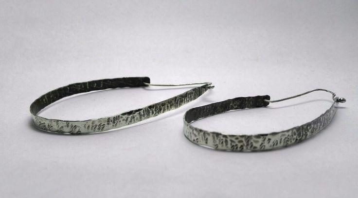 Argollas de alpaca con dos tipos de texturas, ganchos de plata.