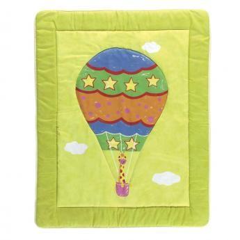 Alfombra infantil Globe con un globo que se eleva con una jirafa como pasajera. Alfombra para niño lavable, estampada y acolchada, perfecta para una  habitación de niño.  Alfombra Infantil GLOBE está disponible en 110x138   #alfombraacolchada #alfombraglobe #alfombrainfantil #alfombralavable