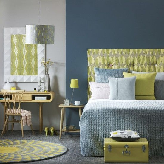 Modern bedroom decorated with teal and lime scheme and light wooden furniture / Dormitorio moderno decorado con una paleta de azul grisáceo y lima y muebles en madera clara