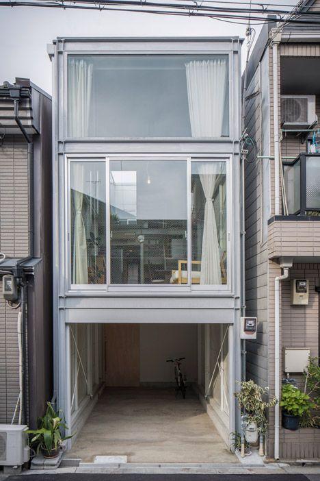 Essas casas estreitas (Narrow houses) são comuns no Japão e aproveitam a iluminação natural com amplas janelas e pé direito duplos.  Criada pelo arquiteto japonês Yoshihiro Yamamoto, a casa de apenas 35m² e fachada de vidro foi projetada em um espaço de apenas 3,4 metros de extensão, situada entre outras duas casas. A residência para o casal e sua filha em um dos bairros mais habitados da cidade teve que ser bem planejada para o aproveitamento de todos os espaços.