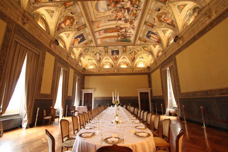 Una bella inquadratura del tavolo con tanto di soffitto che crea un'atmosfera quasi fiabesca. Salone Cambiaso.