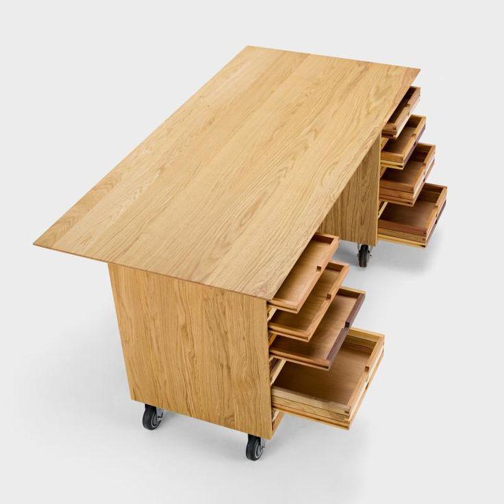 Die Basis dieses eleganten Schreibtischs bilden 2 Rollkorpusse von Architektenschränken mit ihren Laden aus verschiedenen europäischen Hölzern, auf die e ...