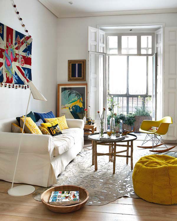 simple and comfortableColors Apartments, Living Rooms, Wall Hanging, Livingroom, Unionjack, Beans Bags, White Wall, Apartments Design, Union Jack
