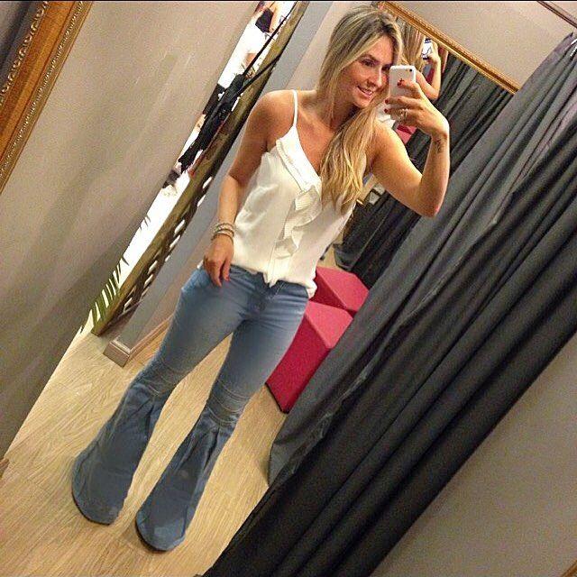 Calça flare jeans + regatinha babado plissado suuuper coringa! Vcs usam c tudo! Ja tem na Clara!