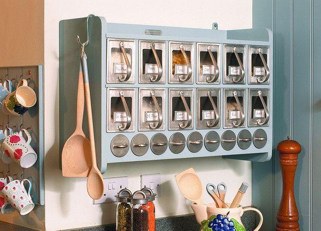 Mantén tus suministros para hornear y productos secos en un gabinete de pared. | 42 Ideas de almacenamiento que organizarán toda tu casa