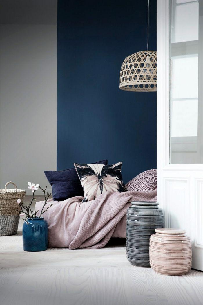 tonos de azul, combinación de moda de color rosa y azul intenso, paredes en blanco, gris y azul, objetos decorativos