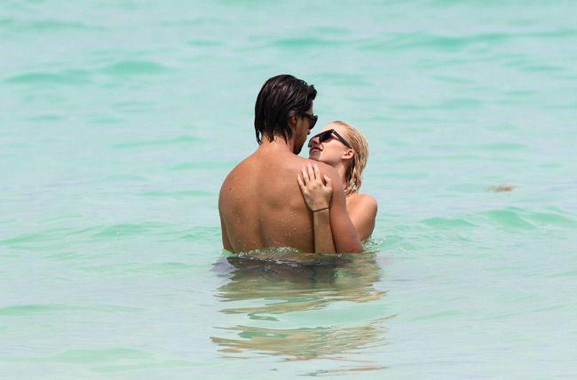 El futbolista Sami Khedira y su espectacular novia, Lena Gercke, todo amor en las playas de Miami #football #soccer #sports
