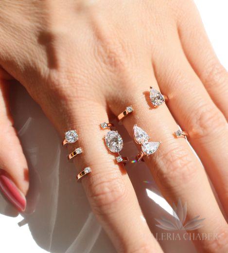 Multiring wykonany ze srebra próby 925, w kolorze rose gold - miedziany odcień złota. Rozmiar pierścionka regulowany, wzór o szerokości około 1,7 cm. Wyrób wysadzany cyrkoniami w dwóch rozmiarach i kształtach.