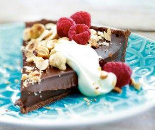 Das Rezept für Schokoladentarte mit gerösteten Haselnüssen und Himbeeren und weitere kostenlose Rezepte auf LECKER.de