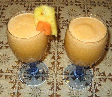 Con questa ricetta classica inauguro la sezione Centrifughe del mio sito web!! Ingredienti per 2 bicchieri di succo:  - 2 mele - 2 carote - 1 fetta di ananas - 1 rametto di menta per guarnire il bicchiere  Preparazione:  Lavate bene le mele, lavate e pulite le carote, lavate l'ananas se non lo sbucciate (nelle centriguhe moderne e potenti non è necessario sbucciare o tagliare a pezzi piccoli la frutta)  Azionate la centrifuga, inserire la frutta dall'apposita apertura et voilà...  Mescolate…