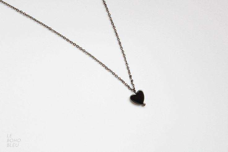 Minimalistyczny naszyjnik - delikatna zawieszka na cieniutkim łańcuszku w czarnym kolorze.  Idealny dla osób ceniących sobie minimalizm, prostotę i wyrafinowanie.     Zawieszka - naturalny kamień...