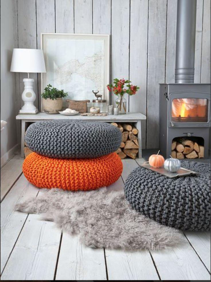 Orange pétant et gris acier pour des poufs réalisés au crochet.