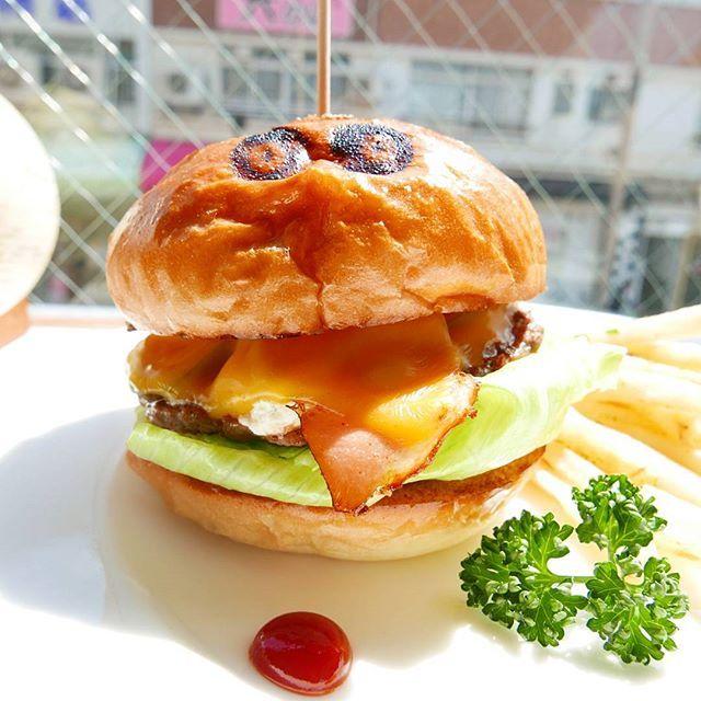 船橋の名店へ。 光が射し込む明るい店内。  目の刻印が特徴のバンズは軽めの弾力ながらモチっとした食感。 他の食材とのバランスが取れたパティも秀逸です。  ごちそうさまでした🍔  #千葉 #chiba #船橋 #funabashi #ゴールデンバーガー #goldenburger #名店 #刻印 #hamburger #ハンバーガー #burger #beef #肉 #meat #bread #パン #sandwich #写真 #photography #photo #pic #lumix #lx100 #food #カメラ #camera #チーズ #cheese #new