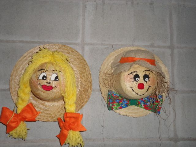 Classroom Party Ideas For Christmas ~ Casal de espantalhos feitos com chapéu palha