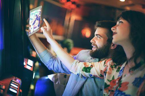 http://www.gettyimages.at/detail/foto/people-taking-selfies-in-casino-lizenzfreies-bild/476595438