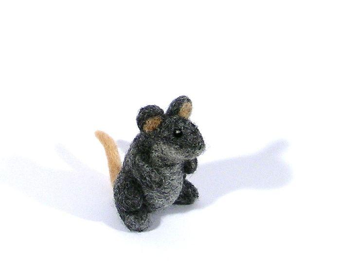 Miniature décorative - Petite souris grise en feutrine de mérinos. : Accessoires de maison par lapoissonnerie #souris #laine feutrée