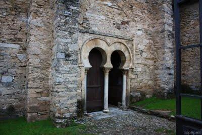 EL BIERZO (BERGIDUM FLAVIUM): Entrada iglesia mozarabe de Peñalba de Santiago