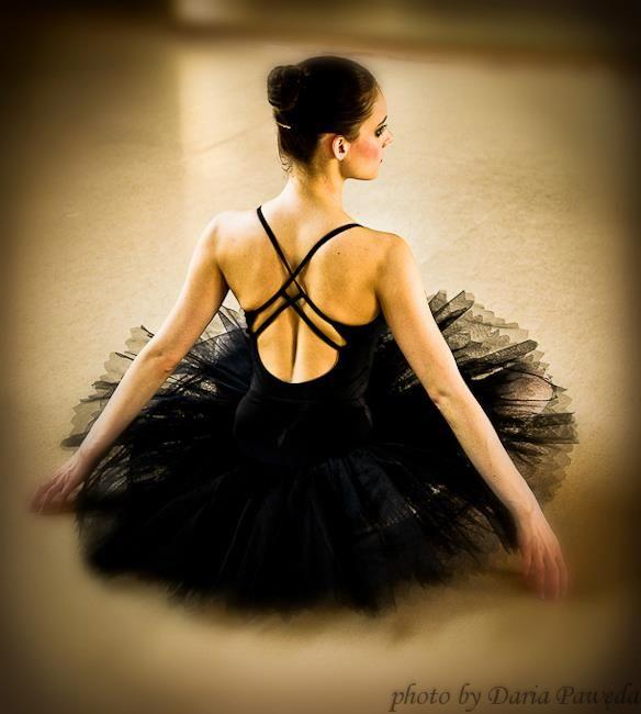 """""""MAGIA TAŃCA"""" - WYSTAWA FOTOGRAFII DARII PAWĘDY 1.12.2014 r. (poniedziałek) Godz. 18:00 Bemowskie Centrum Kultury Górczewska 201 (galeria na parterze BCK) WSTĘP WOLNY  Fotografie Darii Pawędy przedstawiają magię tańca uchwyconą w ruchu, subtelnym spojrzeniu tancerki czy tanecznym geście. Autorka zdjęć sama od wielu lat tańczy i pasjonuje się tańcem. Z zamiłowania jest fotografem oraz podróżnikiem.  Zapraszamy :)  Źródło zdjecia: https://www.facebook.com/DariaPawedaPhotography"""