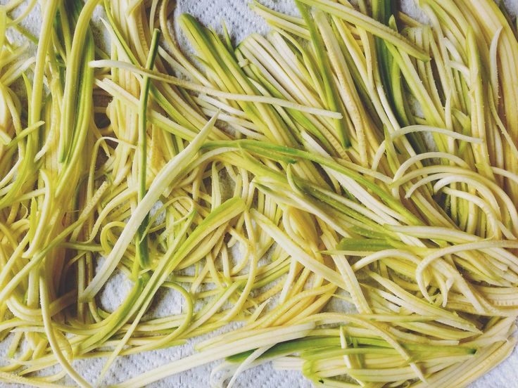 """HOW TO MAKE ZUCCHINI """"NOODLES"""" or zoodles.  Will have to try this since I have a zucchini plant."""
