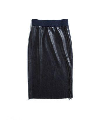 Rok raw faux - Slanke kokerrok, uitgevoerd in faux leather met stretch. Het model heeft een elastische tailleband en een raw-edge onderkant. De rok heeft een split aan de zijkant die gesloten kan worden met een blinde rits. De rok heeft een zachte faux suède binnenzijde.