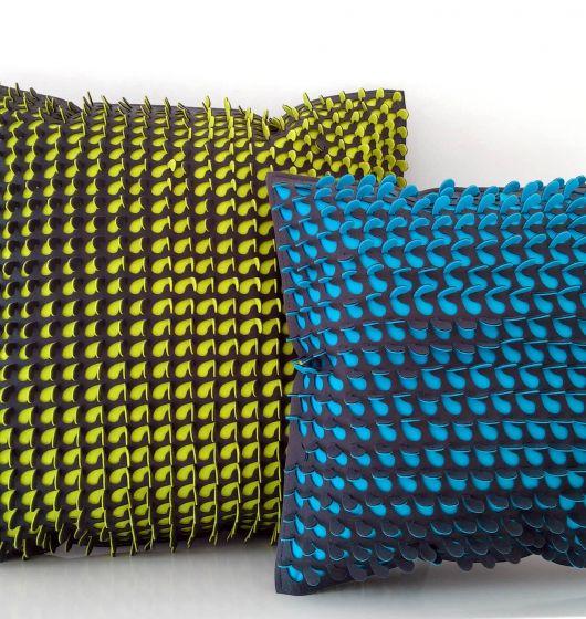 Piękna i niepowtarzalna poduszka dekoracyjna z krótkiej serii. Wykonana z filcu, w autorskiej technice, rękodzieło.  Oglądana z różnych stron zmienia barwy i wzór.   Zielone limockowe wystające elementy pozwalają się czesać, głaskać, wyglądają jak trawa na łące :)  Są miłe w dotyku i zapraszają do interakcji, wspaniały motyw do zabawy dla dzieci.   Wymiary i/lub waga 40x40cm lub 50x50cm  Wykorzystane materiały Filc, nitka, wypełnienie włókno silikonowe sprężyste  Aktualnie dostępne od zaraz…