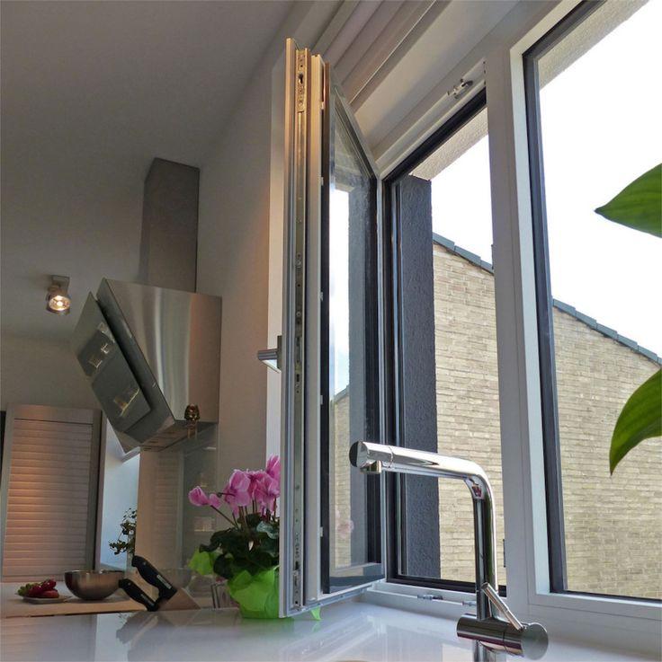 Modernes Holz-Alu-Fenster mit grauer Aluverkleidung und weiß gestrichenem Holz auf der Innenseite | Sorpetaler Fensterbau