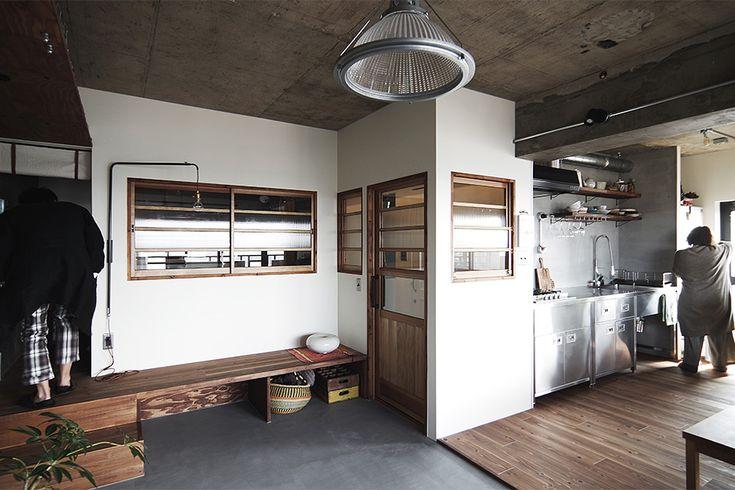 昭和レトロな室内窓はすべてオリジナルで製作。  by EIGHT DESIGN