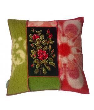 kussen bekleed met wollen dekens en een vintage borduurwerk met rozen. Het kussen heeft een marinewollen deken als achterkant en een veren binnenkussen. De afmeting is 50-50 cm