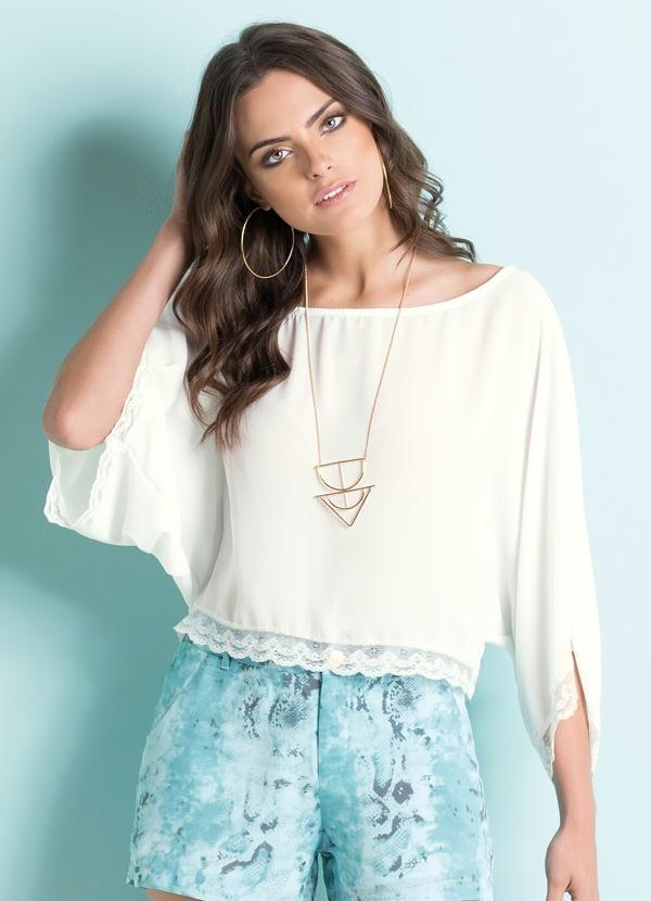 Blusa off white com detalhes em renda.
