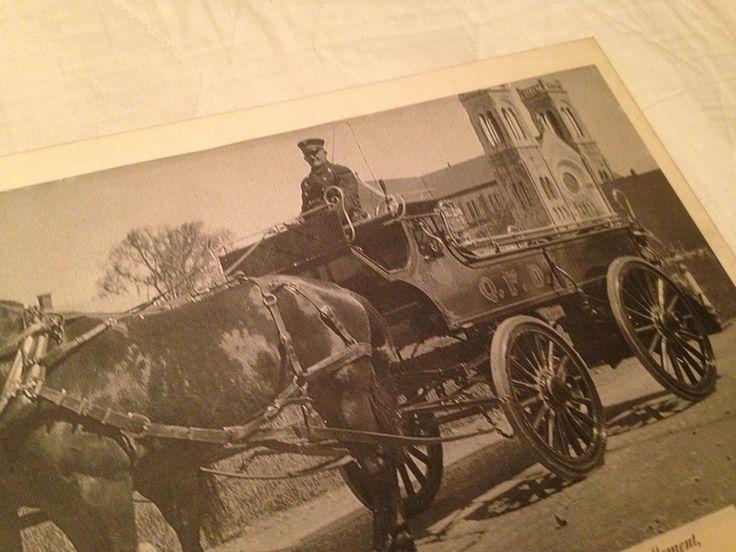 Dans les annees 1930 au Centre-Ville de Québec.   On voit l eglise St-Roch
