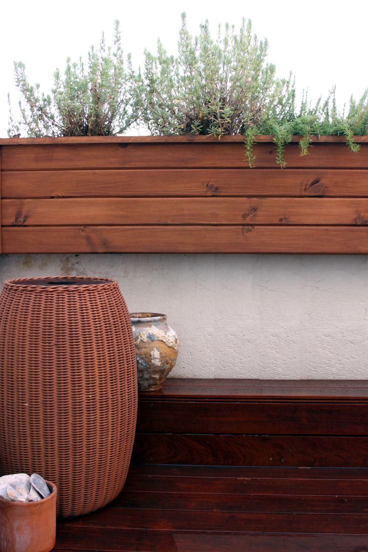 Detalle de jardinera y suelo de madera de ipe en uno de - Jardinera de madera ...