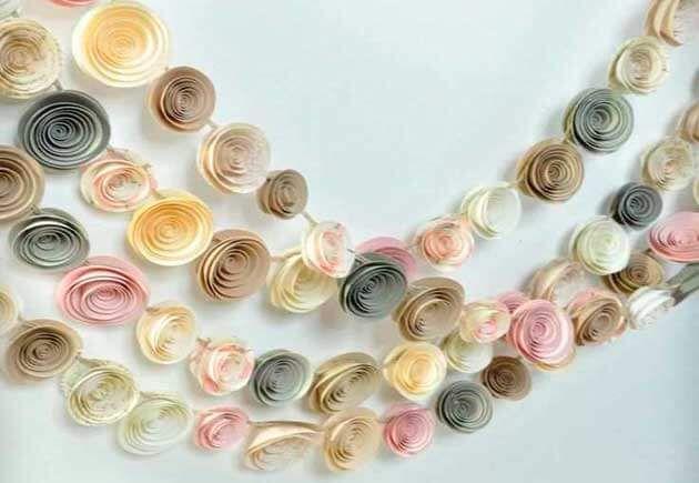 разноцветные бумажные гирлянды в форме роз