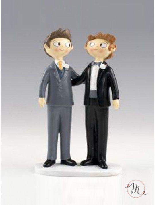 Cake topper raffigurante due sposini abbracciati felici di sposarsi. Misura: h 21 cm.  Pop & Fun® Collection originale! Il colore dei capelli degli sposi è personalizzabile! #unioniarcobaleno #nozzelgbt #lgbt #samesexwedding #lovewins #loveislove #gaywedding #lesbianwedding #gaylove #same-sexwedding #samesexweddings #tshirt #addioalnubilato #addioalcelibato #wedding #matrimonio #sposa #sposo #mrsandmrs #mrandmr #caketopper