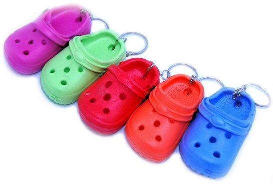 Hívják Crocs-nak, gumi klumpának, vagy hülyegyerekpapucs-nak is. Valójában nem más, mint egy nagyon ronda, ortopéd gumiklumpa. A Grace klinika...