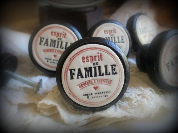 """Un Bouton de meuble (porte ou de tiroir )en bois et terre cuite émaillée bicolore """"Esprit de Famille """""""