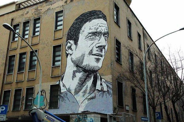 Legenda AS Romy znalazł się na murze włoskiej szkoły • Niesamowite graffiti z Francesco Tottim w roli głównej • Wejdź i zobacz >> #totti #football #soccer #sports #pilkanozna