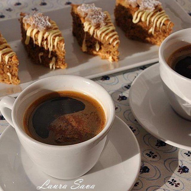 """Astazi am pentru voi o alta reteta minunata, pe care am numit-oromburi cu nuci si cafea. """"Romburi"""", din cauza ca asa am taiat eu prajitura :), in forma de romburi, dar voi o puteti taia cum vreti, e delicioasa oricum!!! E de fapt o altfel de negresa, o negresa cu cafea, nuci si ciocolata. Si decor de martipan, daca o serviti in preajma sarbatorilor de iarna. Neaparat sub forma de stelute :P Savuroase, langa o cafea cu totul speciala!!!!! Ingrediente pentru cca. 16 bucati: Pentru a..."""