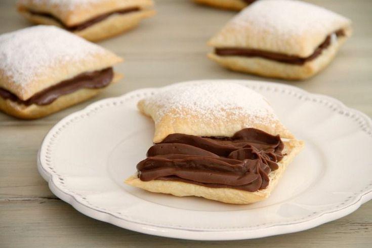 La crema pastelera es una receta básica que podemos utilizar en muchos postres y tartas. Hoy la vamos a preparar de chocolate (la preferida de mis hijas, jijiji). La receta es muy sencilla y se prepara en menos de 10 minutos. Con esta crema también podemos decorar y rellenar tartas, roscones de reyes, conos de hojaldre, ... Si queréis utilizarla para decorar con manga pastelera, según la hacemos la introducimos en la manga, dejamos que temple y decoramos. Hay que tener en cuenta que cuando…