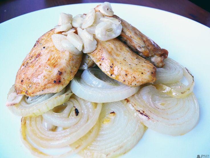Kuřecí prsa s pečenou cibulí a česnekem